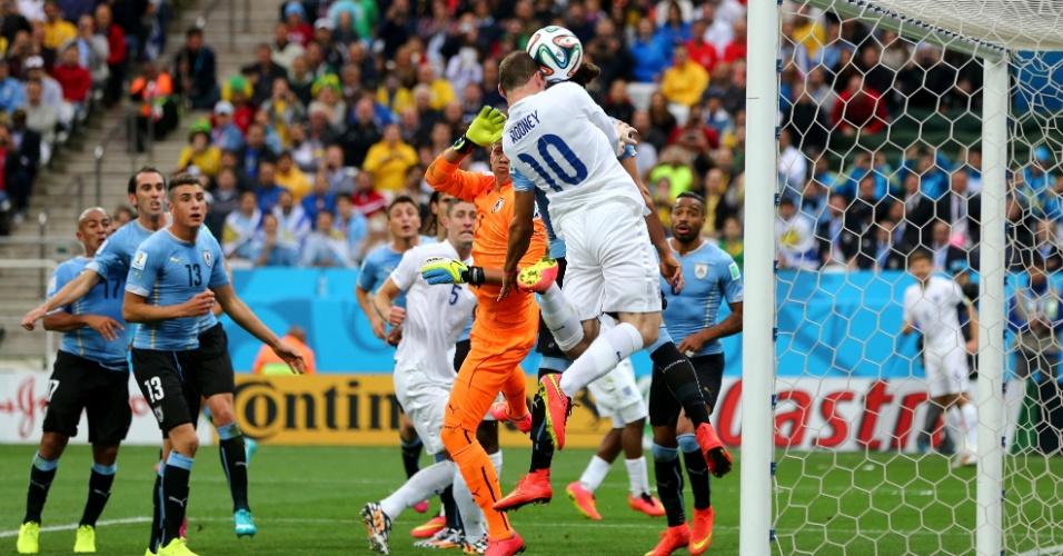19.jun.2014 - Na frente do gol, inglês Rooney cabeceia e acerta a trave, minutos antes do Uruguai abrir o placar no Itaquerão