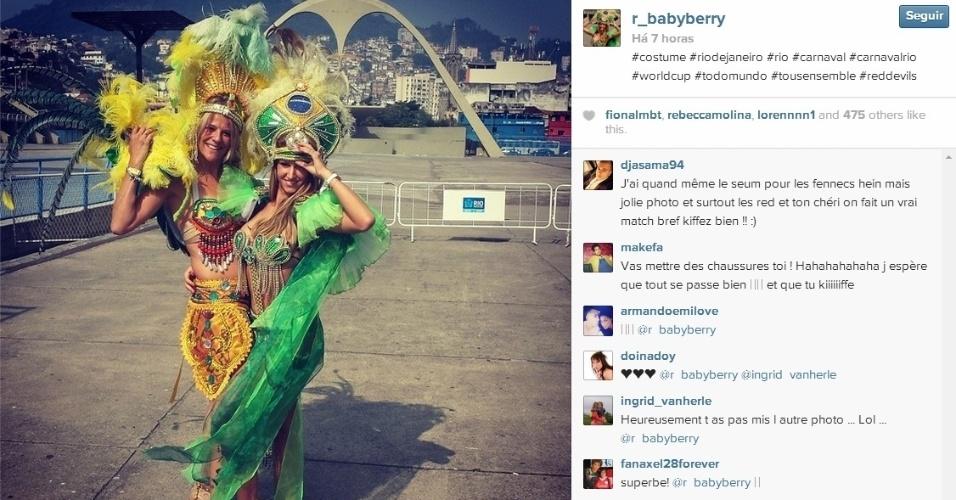 Namorada de Witsel se veste de passista para aproveitar Rio de Janeiro