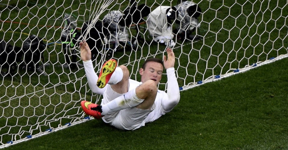 19.jun.2014 - Rooney continua atrás de seu primeiro gol em Copas. O atacante inglês foi parar no fundo das redes depois de perder oportunidade