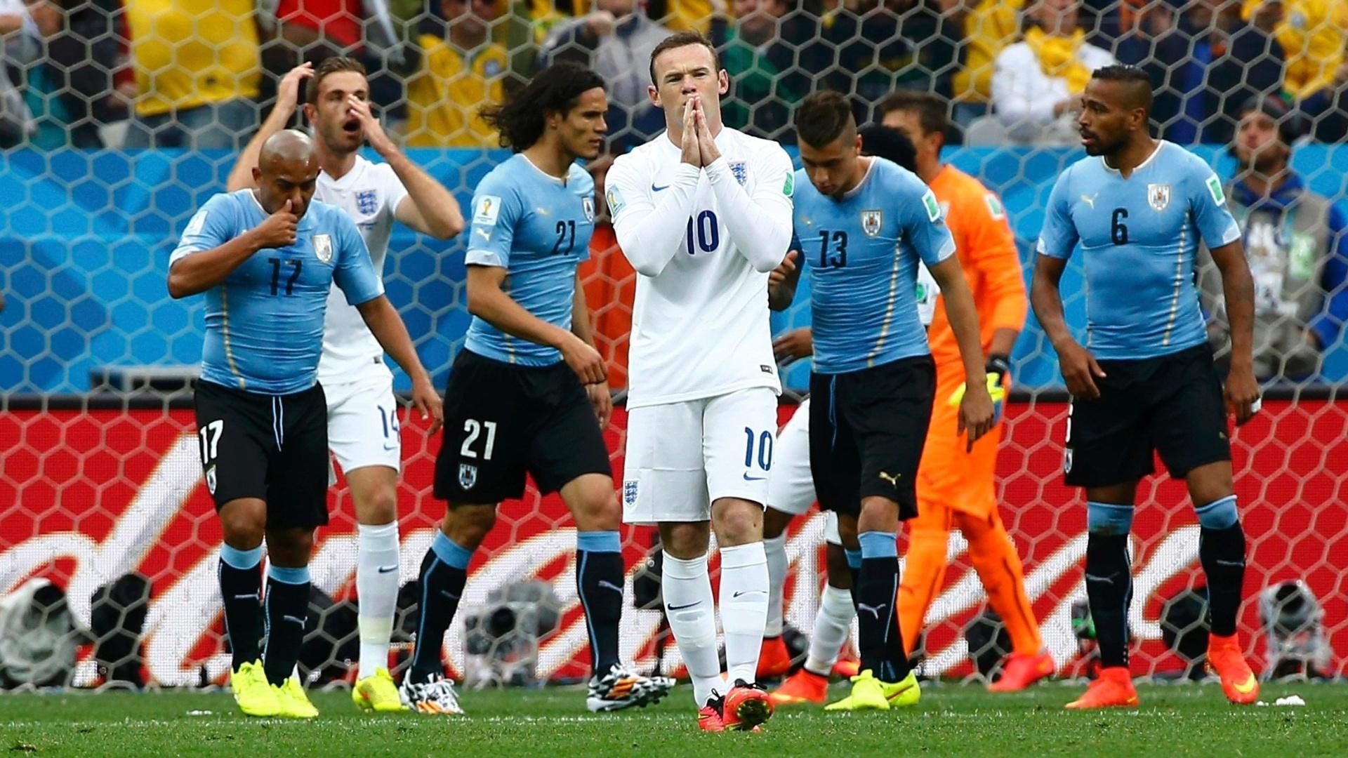 19.jun.2014 - Rooney lamenta após quase abrir o placar para a Inglaterra contra o Uruguai em cobrança de falta