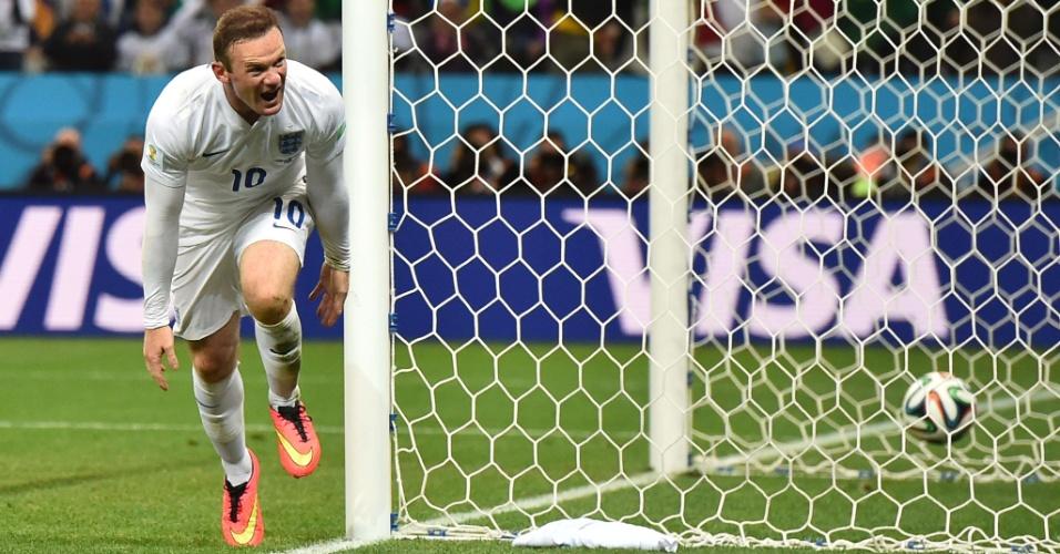 19.jun.2014 - Rooney marcou no segundo tempo e a Inglaterra esboçou uma reação, mas Suárez marcou e deu a vitória para o Uruguai por 2 a 1