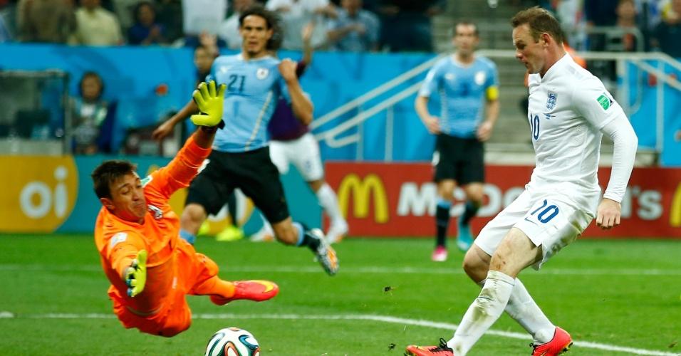 19.jun.2014 - Rooney recebe cruzamento de Johnson e empata para a Inglaterra contra o Uruguai, no Itaquerão