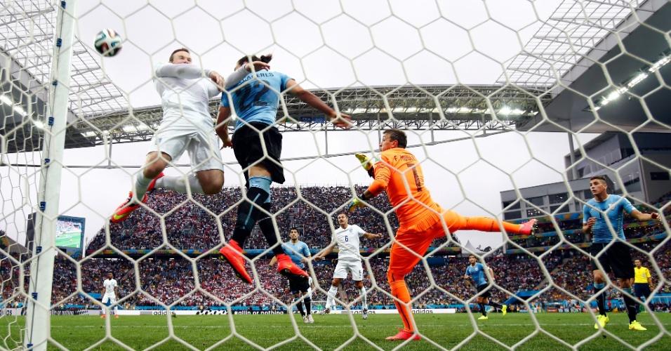 19.jun.2014 - Rooney recebe cruzamento e cabeceia na trave, quase marcando primeiro da Inglaterra contra o Uruguai