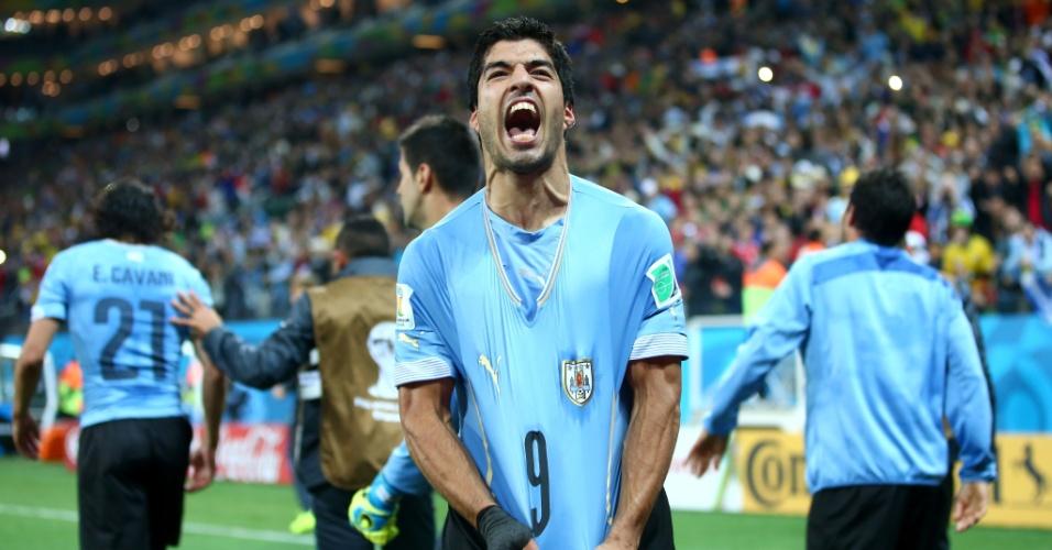 19.jun.2014 - Suárez mostra toda sua vontade após marcar o segundo do Uruguai na vitória contra a Inglaterra