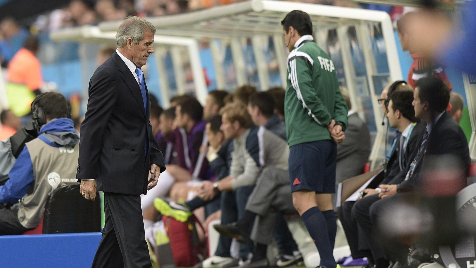 19.jun.2014 - Técnico uruguaio Oscar Tabarez caminha na lateral do campo na partida contra a Inglaterra