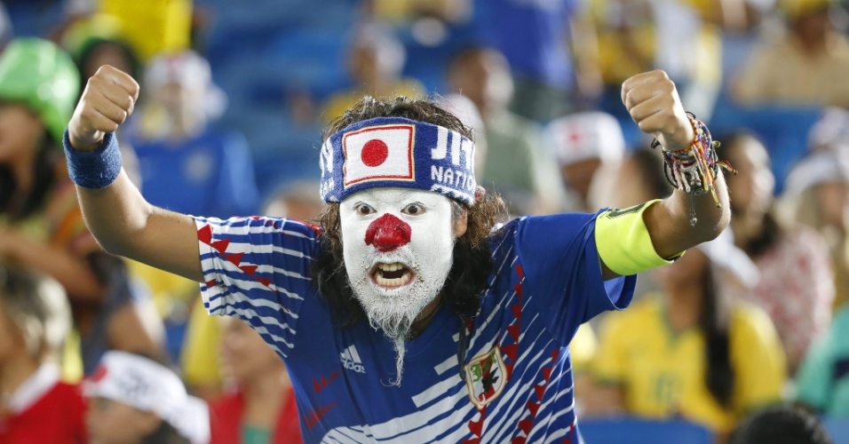 Torcedor do Japão aguarda empolgado o início do confronto diante da Grécia