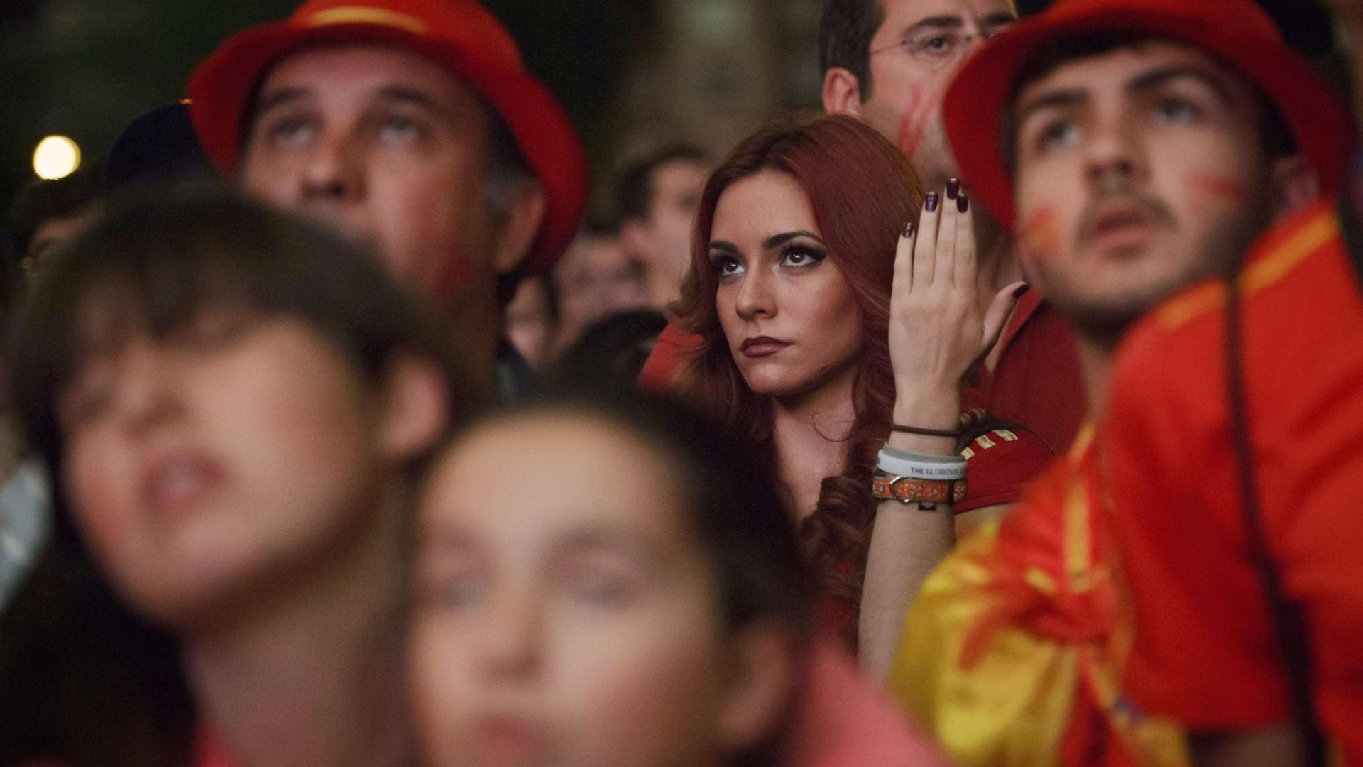 Torcedora da Espanha não esconde de ninguém que não está gostando nada do desempenho contra o Chile