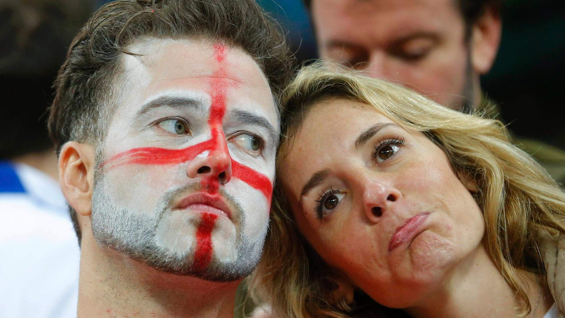 19.jun.2014 - Torcedores ingleses não escondem a decepção após a derrota para o Uruguai no Itaquerão