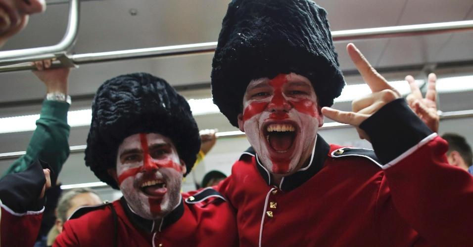 19.jun.2014 - Torcedores ingleses no trem que os levará até o Itaquerão para o confronto contra a Inglaterra