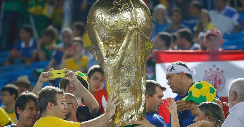 Torcida carrega taça da Copa do Mundo gigante na Arena das Dunas