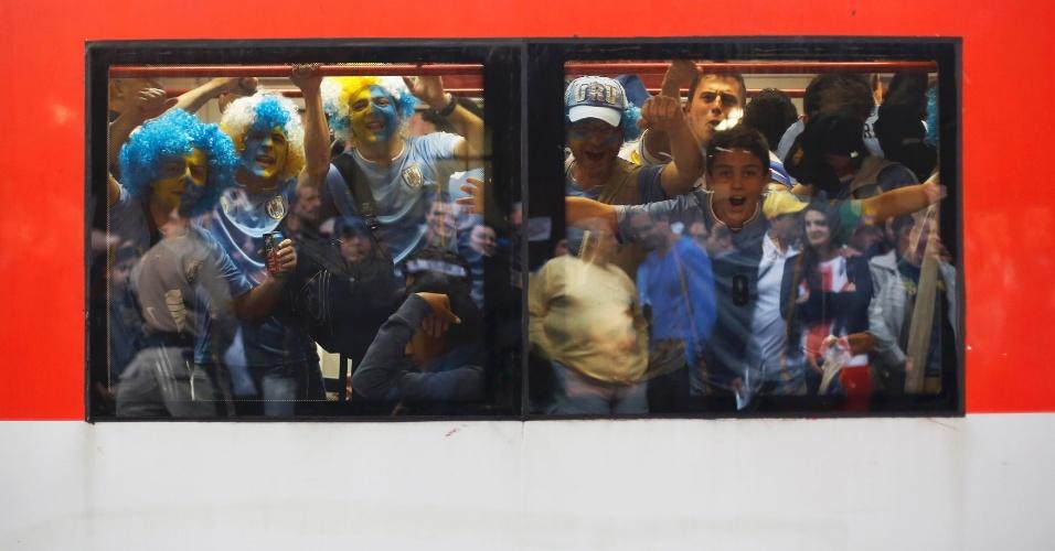 19.jun.2014 - Torcida do Uruguai faz a festa no vagão de trem rumo ao Itaquerão para jogo decisivo contra a Inglaterra