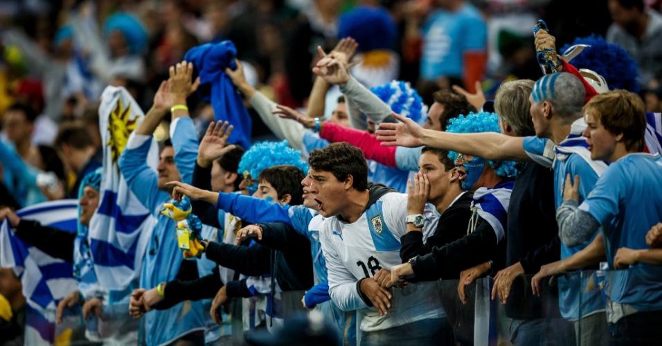 19.jun.2014 - Torcida uruguaia comemora a vitória sobre a Inglaterra por 2 a 1 no Itaquerão