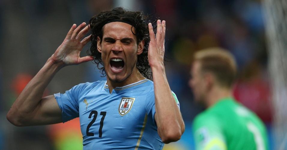 19.jun.2014 - Uruguaio Edinson Cavani se desespera após lance desperdiçado contra a Inglaterra, no Itaquerão