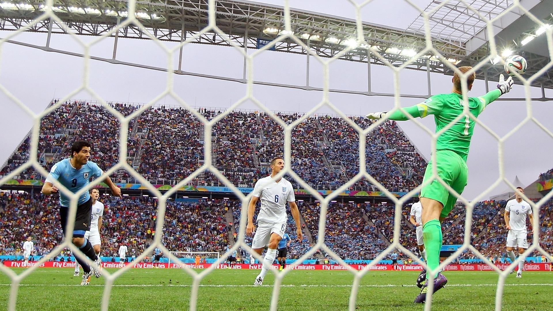 19.jun.2014 - Uruguaio Luis Suárez observa a bola entrar no gol inglês após cabecear e fazer seu primeiro gol nesta Copa