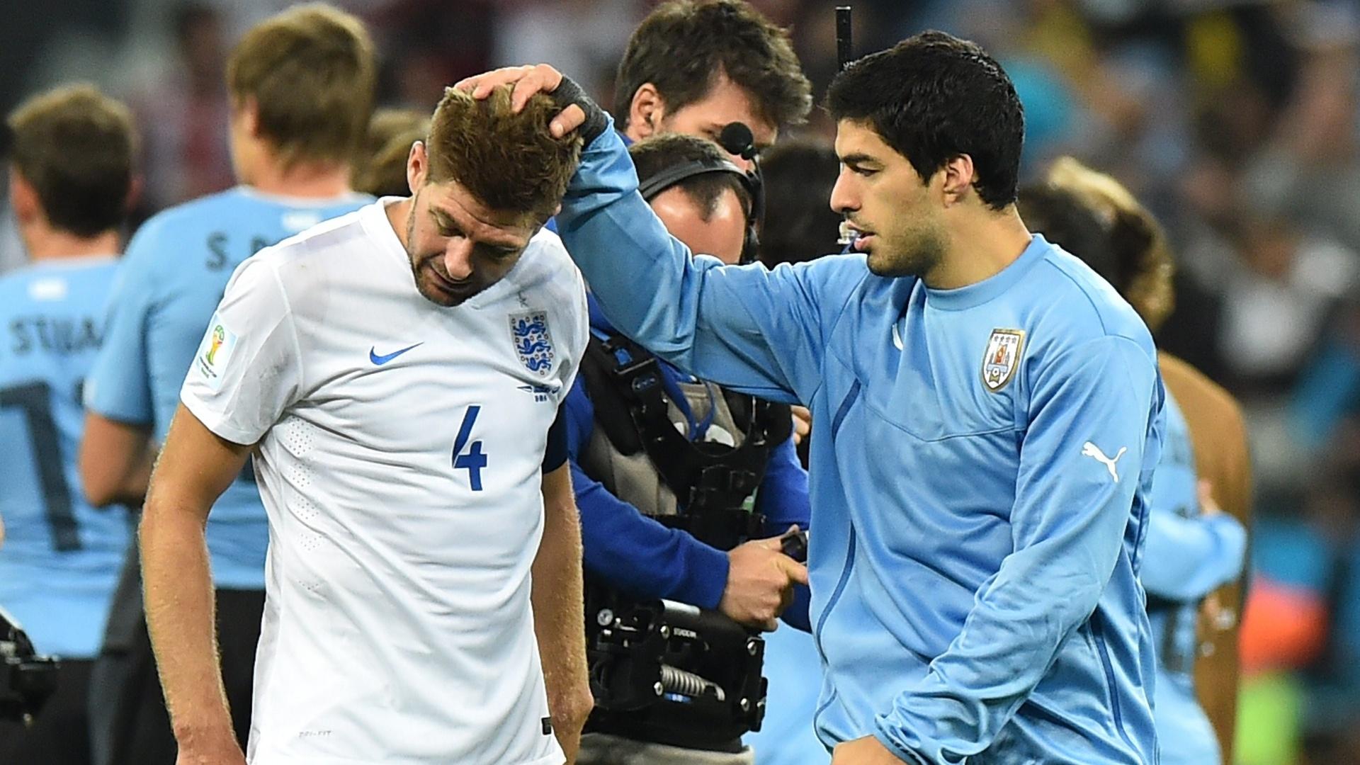 19.jun.2014 - Uruguaio Suárez consola o inglês Gerard, companheiro de Liverpool, após a vitória dos sul-americanos por 2 a 1