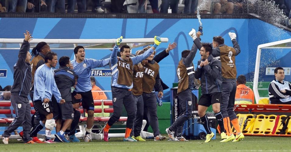 19.jun.2014 - Uruguaios comemoram o apito final do árbitro e a vitória por 2 a 1 contra a Inglaterra, com dois gols de Suárez