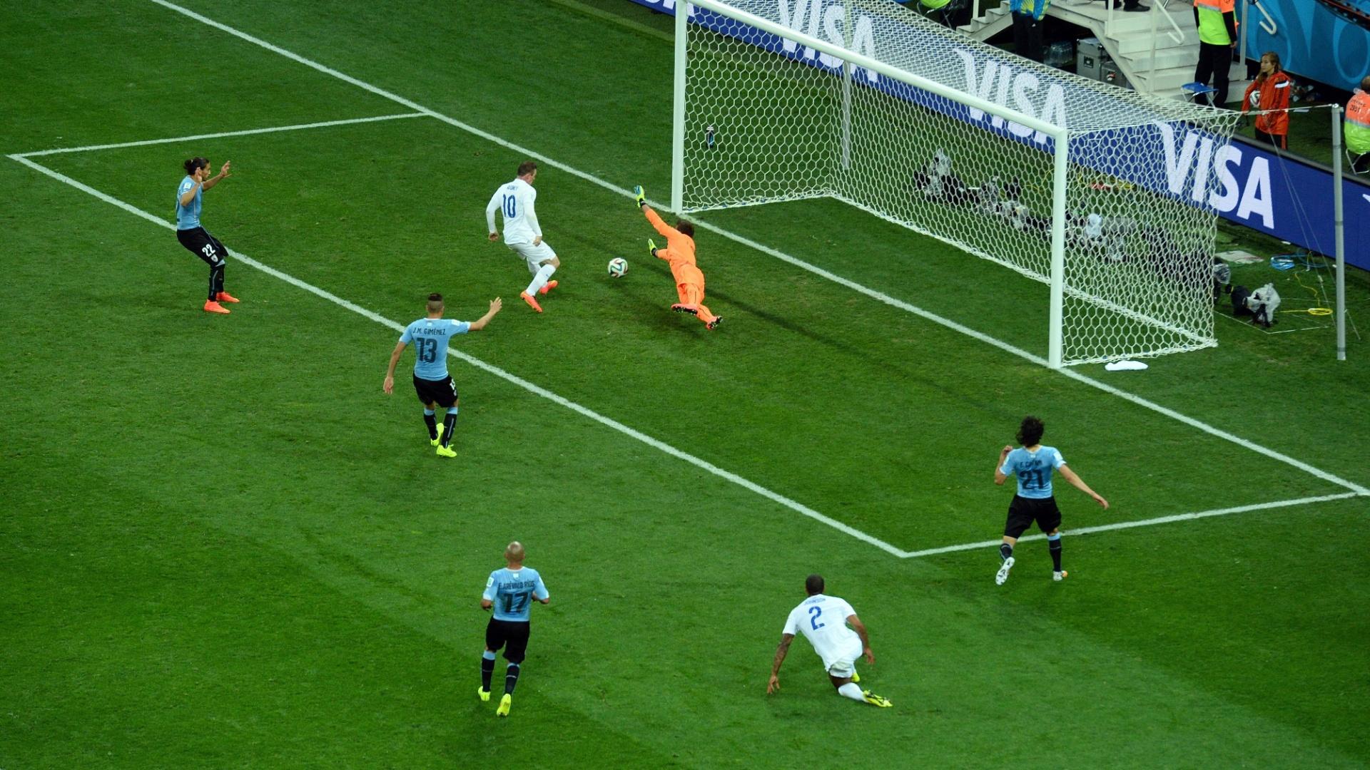 19.jun.2014 - Wayne Rooney aproveita cruzamento e completa para o gol, empatando o jogo para a Inglaterra contra o Uruguai