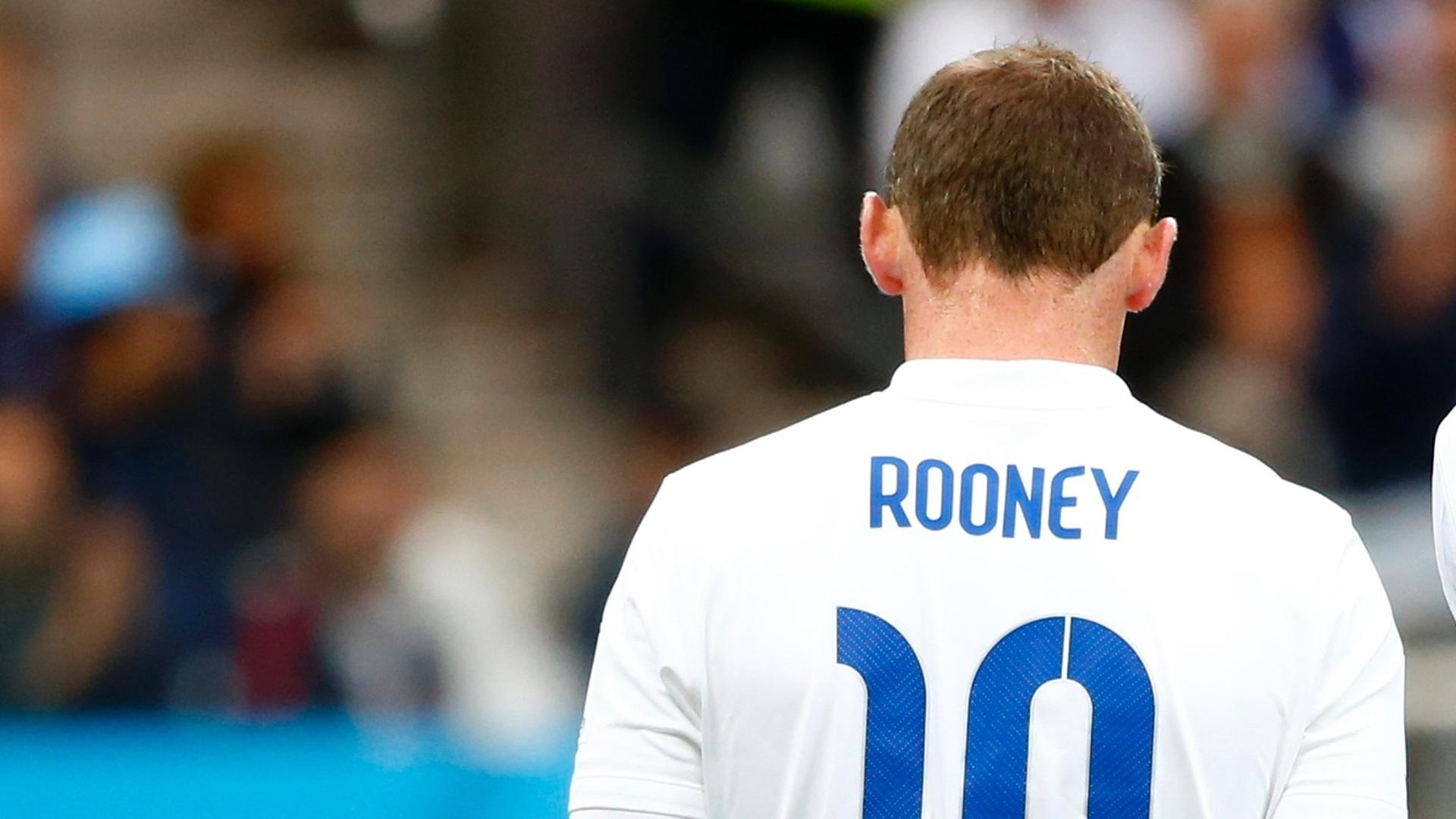 19.jun.2014 - Wayne Rooney caminha no gramado do Itaquerão, durante a partida entre Inglaterra e Uruguai