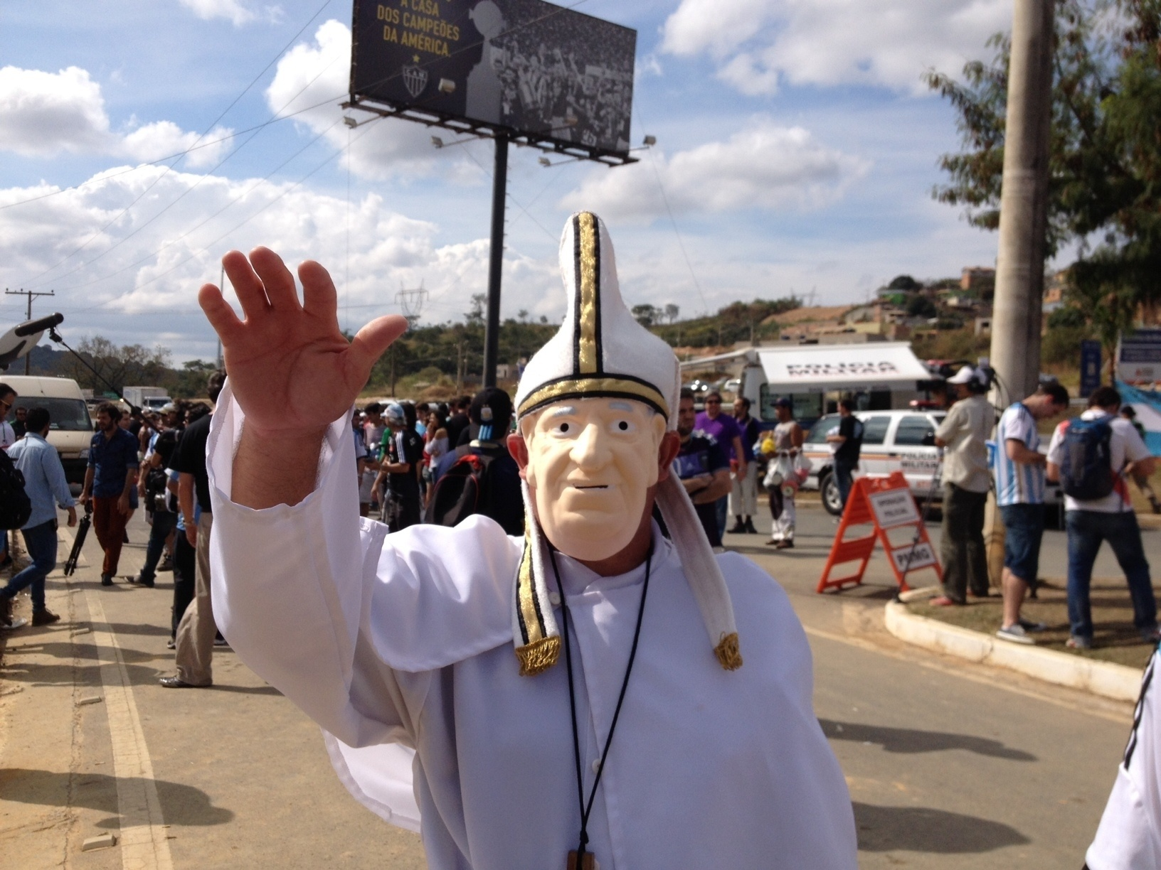 20.jun.2014 - Argentino fantasiado como o papa Francisco engrossa a torcida