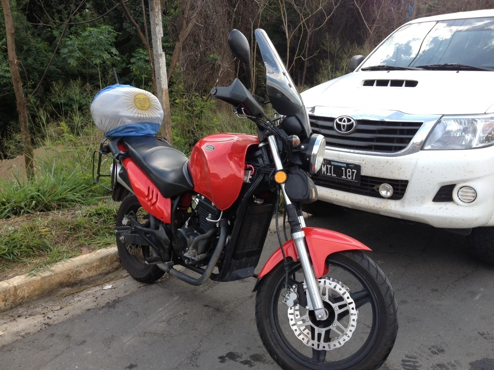 20.jun.2014 - Até as motos são decoradas com bandeiras argentinas