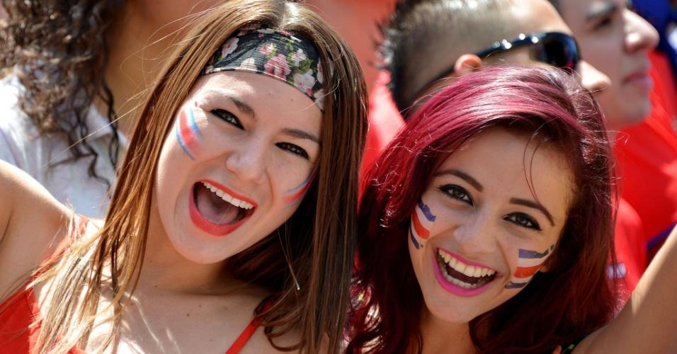 20.jun.2014 - Meninas costarriquenhas vibram nas ruas de San José com vitória da seleção nacional sobre a Itália