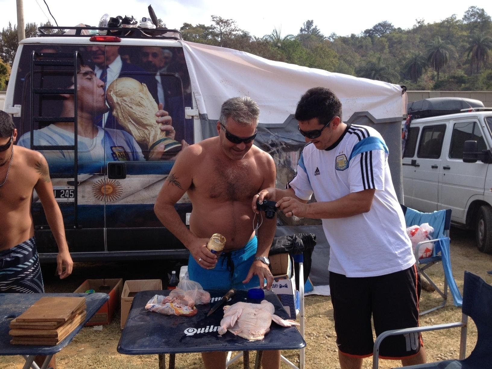 20.jun.2014 - Os argentinos fazem até churrasco no terreno em que estão acampando em Vespasiano