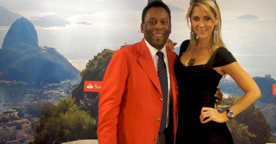 20.jun.2014 - Pelé guia a repórter mexicana Inés Sainz por passeio no Rio de Janeiro