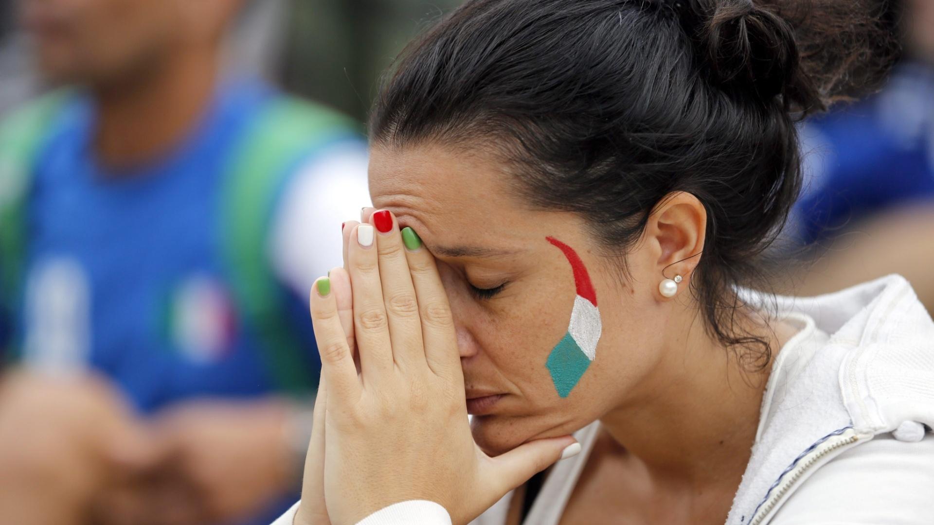 A bela itailana não acredita no que vê no telão da Fan Fest de Copacabana