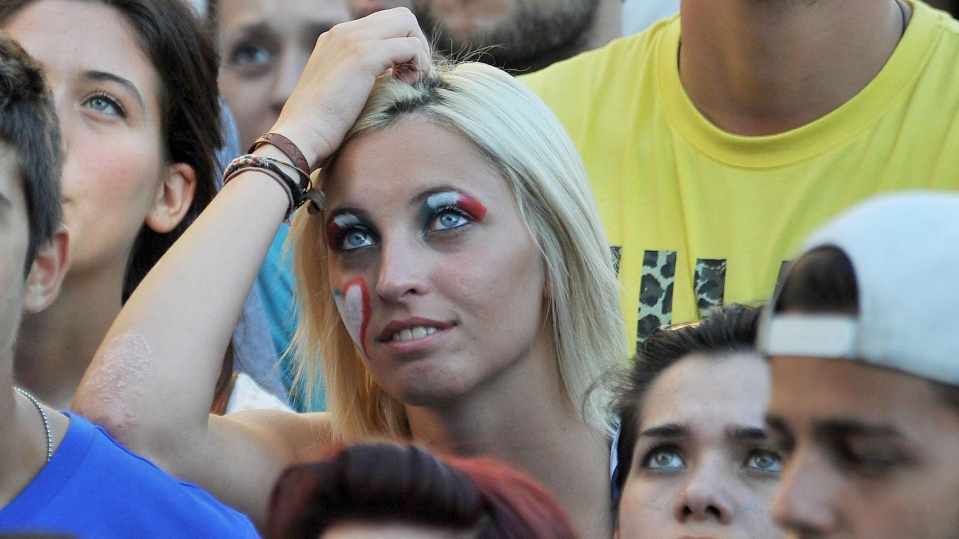 A bela torcedora italiana pintou o rosto para acompanhar de Turim o jogo entre Itália e Costa Rica
