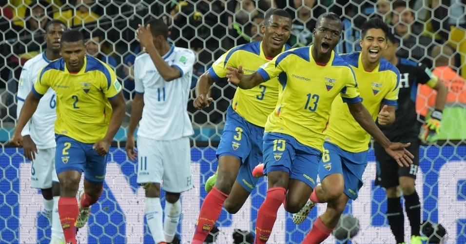 Acompanhado pelos companheiros, atacante Enner Valencia corre para comemorar o gol da virada do Equador