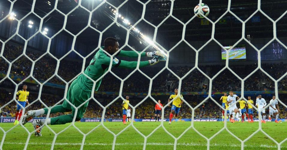 Alexander Dominguez, goleiro da seleção do Equador, faz a defesa após finalização hondurenha