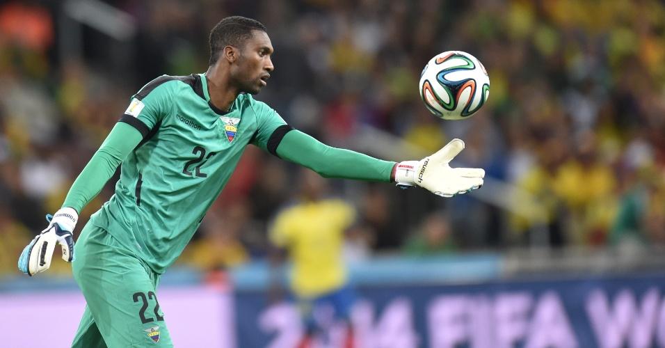 Alexander Dominguez, goleiro do Equador, faz a reposição de bola durante jogo contra Honduras
