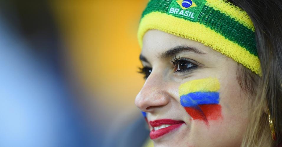 Brasileira demonstra toda sua torcida para o Equador ao pintar as cores da bandeira no rosto durante a partida contra Honduras, na Arena da Baixada