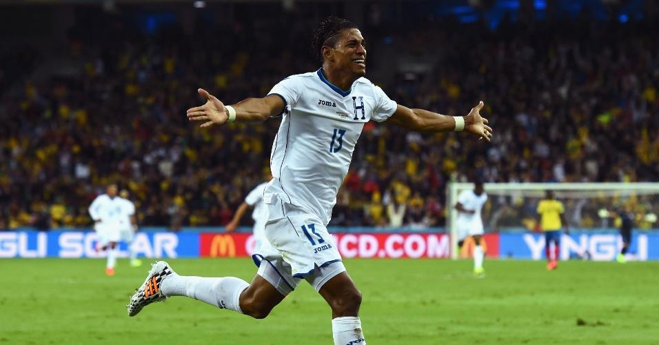 Carlo Costly corre para comemorar o gol de Honduras, o primeiro da partida na Arena da Baixada