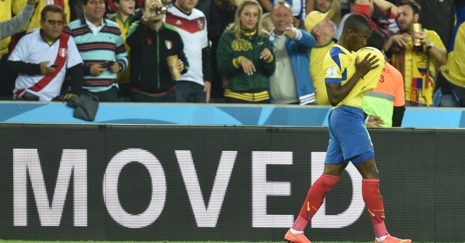Enner Valencia beija a bola para comemorar o segundo gol da seleção do Equador