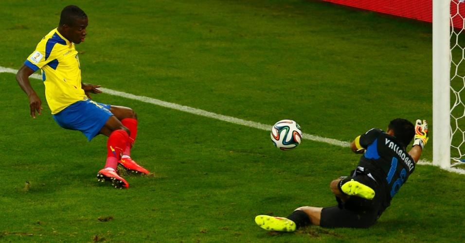 Enner Valencia finaliza para vencer Noel Valladares e marcar o primeiro gol do Equador na partida