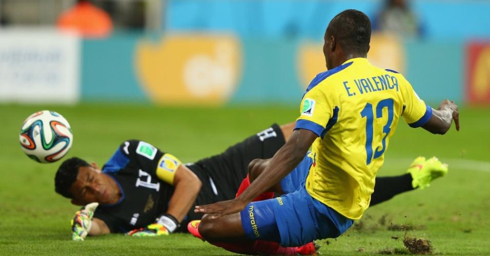 Enner Valencia finaliza para marcar o primeiro gol do Equador