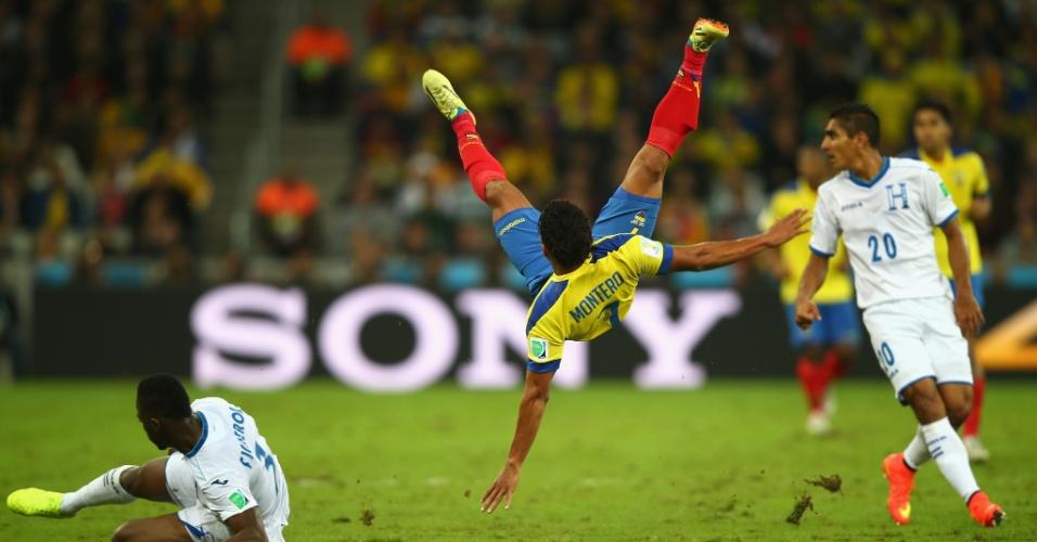 Jefferson Montero, do Equador, sofre queda espetacular antes de cair no campo da Arena da Baixada