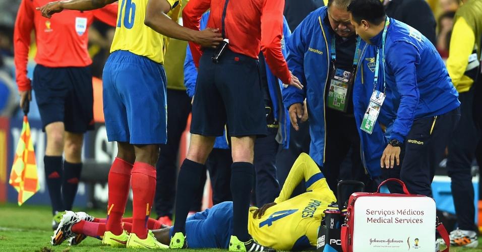 Juan Carlos Paredes, do Equador, leva mão às costas antes de receber tratamento médico