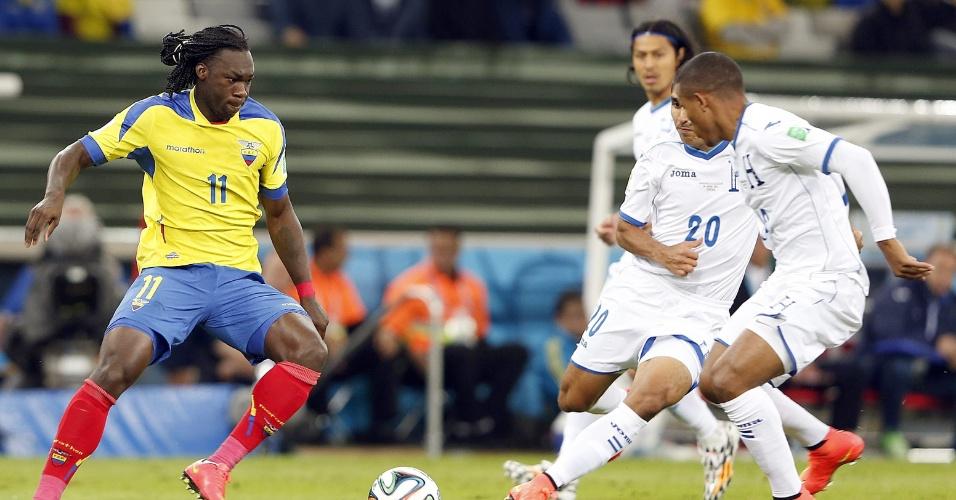 Felipe Caicedo, da seleção do Equador, é observado de perto pelos jogadores hondurenhos