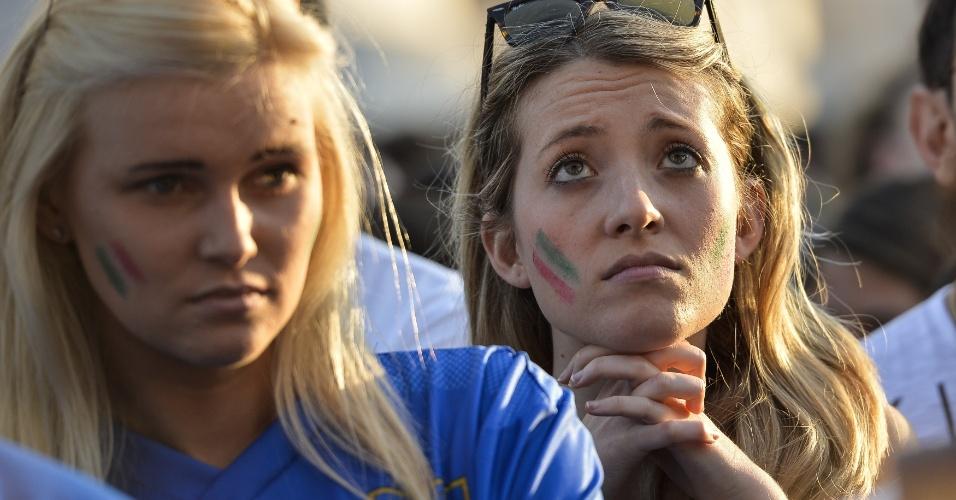 Italianas ficam inconsoláveis enquanto assistem à derrota para a Costa Rica na Piazza Venezia, em Roma