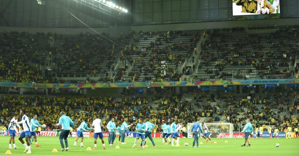 Jogadores hondurenhos fazem aquecimento no campo da Arena da Baixada antes do início da partida contra Equador