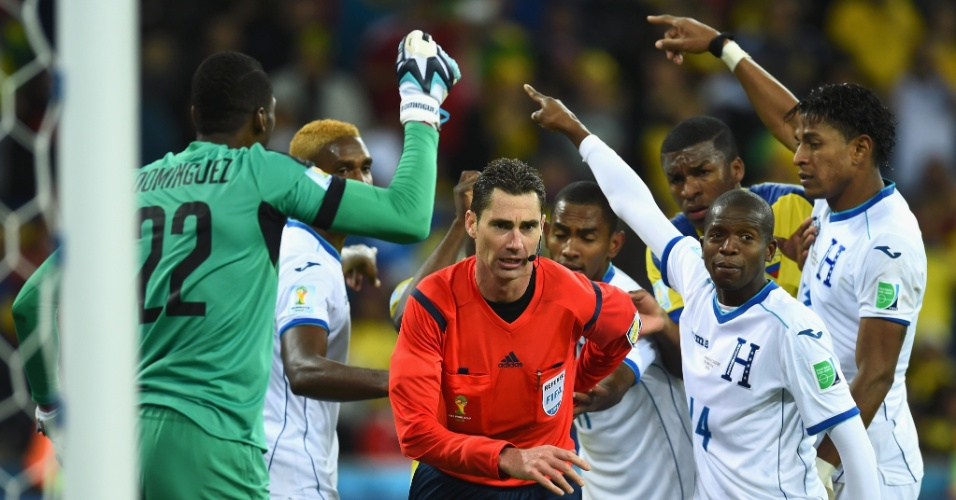 Jogadores de Honduras reclamam com o árbitro Benjamin Williams