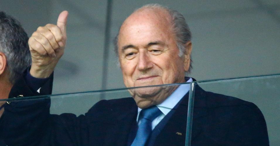 Joseph Blatter, presidente da Fifa, acena para a torcida na Arena da Baixada, palco do jogo entre Honduras e Equador