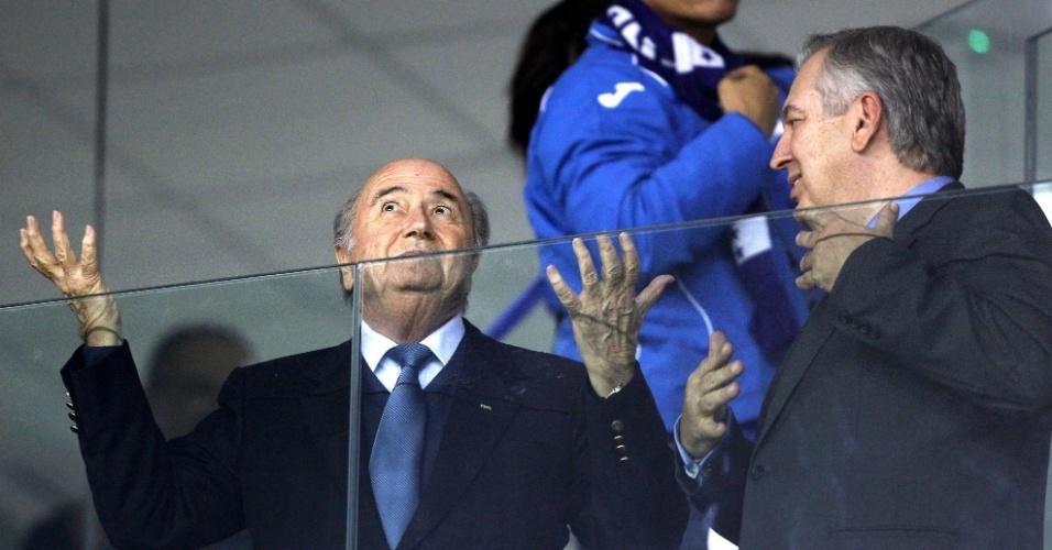 Joseph Blatter, presidente da Fifa, gesticula durante a vitória do Equador sobre Honduras, na Arena da Baixada