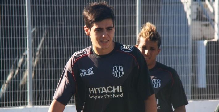 O meia Léo Cittadini realiza um treino pela Ponte Preta
