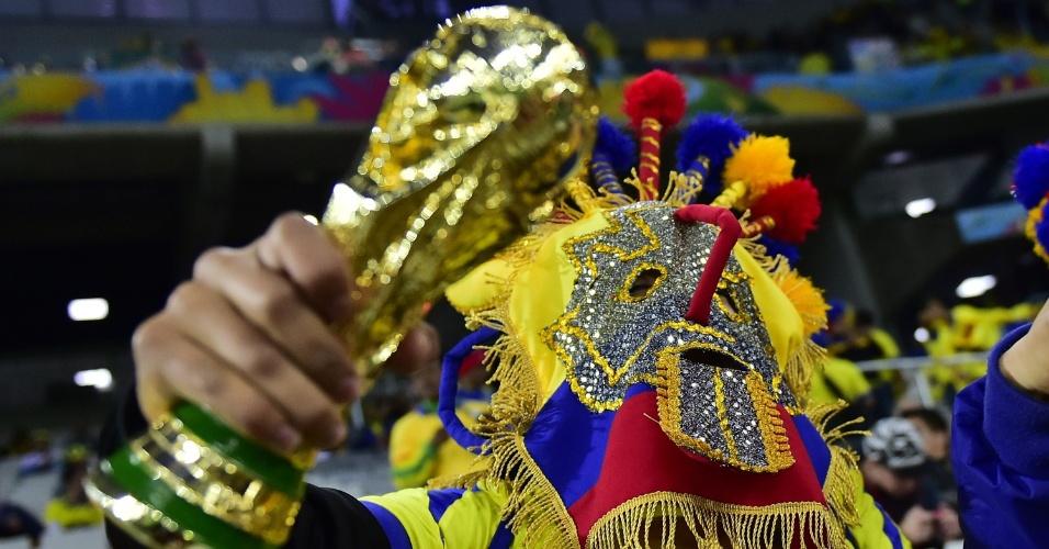 Réplica da taça da Copa do Mundo é exibida por mascarado equatoriano