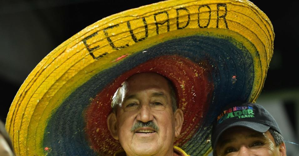 Torcedor equatoriano com enorme chapéu posa para foto antes do início da partida