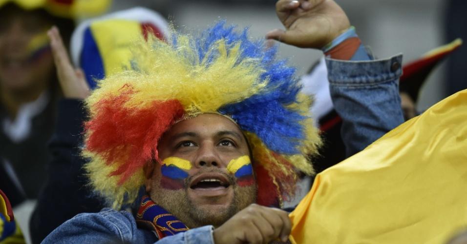 Torcedor usa peruca nas cores do Equador, que encara a seleção de Honduras na Arena da Baixada