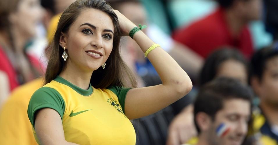 Torcedora brasileira assiste ao jogo entre França e Suíça na Fonte Nova